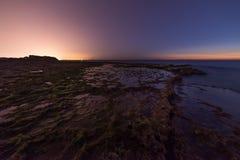 Sonnenuntergang auf Achziv-Strand Lizenzfreie Stockfotos