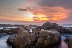 Sonnenuntergang auf alten Felsen lizenzfreie stockfotografie