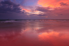 Sonnenuntergang auf Baga Strand. Goa Lizenzfreie Stockfotos