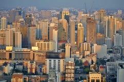 Sonnenuntergang auf Bangkok-Gebäuden lizenzfreies stockfoto