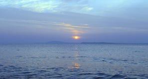 Sonnenuntergang auf blauem Meer Stockfotografie