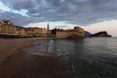 Sonnenuntergang auf Budva-Strand Lizenzfreies Stockbild
