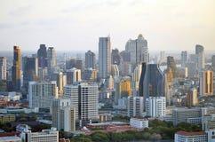Sonnenuntergang auf dem Bangkok-Gebäuden und Chao Phraya lizenzfreie stockbilder