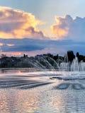 Sonnenuntergang auf dem Bujtos See mit Brunnen lizenzfreie stockbilder