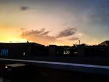 Sonnenuntergang auf dem Dach und dem Bau Stockfoto