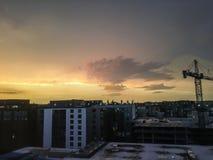 Sonnenuntergang auf dem Dach und dem Bau Stockbild