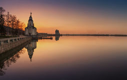 Sonnenuntergang auf dem Dnipro-Fluss Stockfotos