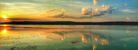 Sonnenuntergang auf dem Donau-Fluss vektor abbildung