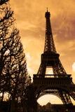 Sonnenuntergang auf dem Eiffelturm Stockfotos