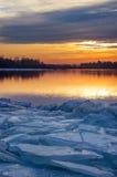 Sonnenuntergang auf dem eisigen Ufer. Lizenzfreies Stockfoto