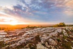 Sonnenuntergang auf dem felsigen Granitberg stockbild