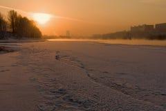Sonnenuntergang auf dem Fluss stockfotografie