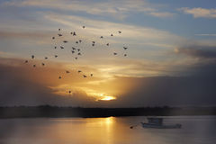 Sonnenuntergang auf dem Fluss Lizenzfreie Stockfotografie