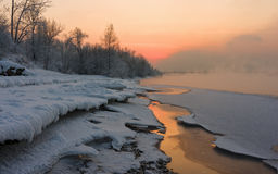 Sonnenuntergang auf dem Fluss stockfoto