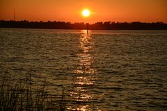 Sonnenuntergang auf dem Fluss Lizenzfreies Stockfoto