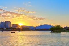 Sonnenuntergang auf dem Fluss in der Stadt Stockbilder