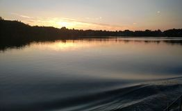 Sonnenuntergang auf dem Fluss Erdre nahe Nantes lizenzfreies stockbild