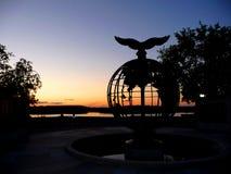 Sonnenuntergang auf dem Fluss mit einem Adler auf einer Kartenwelt Lizenzfreies Stockbild