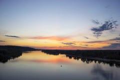 Sonnenuntergang auf dem Fluss Pripyat Stockfotografie