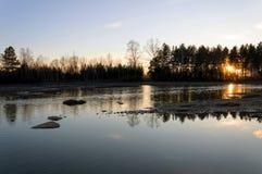 Sonnenuntergang auf dem Fluss Reflexion des Sonnenlichts im Wasser Am Abend Lizenzfreies Stockbild