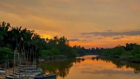 Sonnenuntergang auf dem Fluss und dem erstaunlichen Himmel Geschossen auf Kennzeichen II Canons 5D mit Hauptl Linsen stock footage