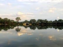Sonnenuntergang auf dem Fluss und dem Schönheitshintergrund lizenzfreies stockbild