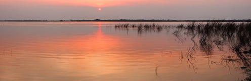 Sonnenuntergang auf dem Fluss während der Fluten Lizenzfreies Stockfoto