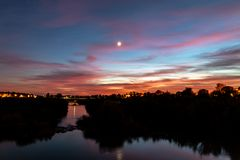 Sonnenuntergang auf dem Guadalquivir-Fluss, Cordoba lizenzfreie stockfotos