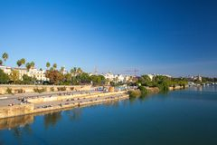 Sonnenuntergang auf dem Guadalquivir-Fluss Sevilla, Spanien Lizenzfreie Stockfotos