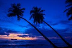 Sonnenuntergang auf dem Inselstrand lizenzfreies stockbild