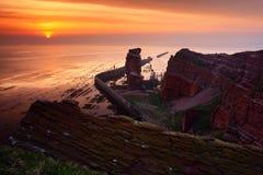 Sonnenuntergang auf dem Küste Meer mit Sonne Felsenküste mit Sonne während des Sonnenuntergangs Sonnenuntergang bei Helgoland in  Lizenzfreies Stockfoto