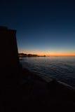 Sonnenuntergang auf dem Meer auf einer Mittelmeerstadt Lizenzfreies Stockbild