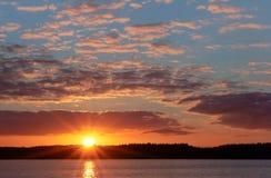 Sonnenuntergang auf dem Meer, der Wellenschlag gegen den Wellenbrecher, das Meer an der Dämmerung, die Schiffe auf dem Horizont Lizenzfreies Stockbild