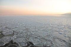 Sonnenuntergang auf dem Meer - Eis - Floe. Polen, Gdynia stockbild