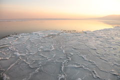 Sonnenuntergang auf dem Meer - Eis - Floe. Polen, Gdynia stockfoto