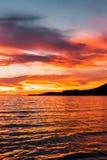 Sonnenuntergang auf dem Meer, goldene Stunde auf dem Meer D?mmerungssonnenuntergang lizenzfreies stockbild