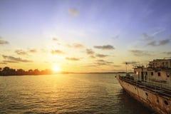 Sonnenuntergang auf dem Meer mit altem Schiffshintergrund Lizenzfreie Stockbilder