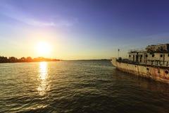Sonnenuntergang auf dem Meer mit altem Schiffshintergrund Lizenzfreie Stockfotos