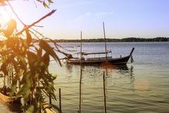 Sonnenuntergang auf dem Meer mit Fischerboot Stockbilder