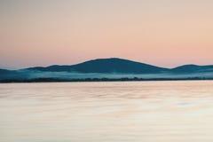 Sonnenuntergang auf dem Meer und dem Abendnebel Lizenzfreie Stockfotografie
