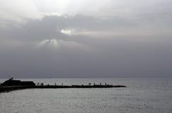 Sonnenuntergang auf dem Mittelmeer, Fischer auf dem Pier Caesarea Lizenzfreie Stockfotografie