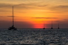 Sonnenuntergang auf dem Nai Harn-Strand in Phuket-Insel lizenzfreies stockfoto