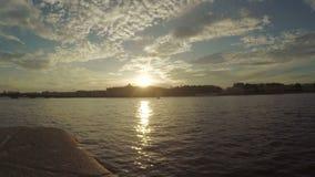 Sonnenuntergang auf dem Neva-Fluss stock video