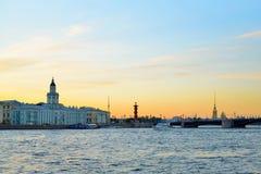 Sonnenuntergang auf dem Neva-Fluss auf dem Hintergrund des Kunstkamera, t Lizenzfreies Stockbild