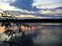 Sonnenuntergang auf dem Nord-Dvina Stockfotografie