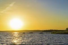 Sonnenuntergang auf dem oberen Iset-Teich lizenzfreie stockbilder