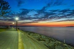 Sonnenuntergang auf dem Park mit schönem Himmel lizenzfreie stockbilder