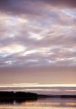 Sonnenuntergang auf dem ruhigen Fluss Stockbild