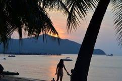 Sonnenuntergang auf dem schönen und netten Schuss des Strandes Stockfotos