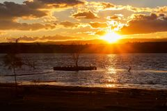 Sonnenuntergang auf dem See und der Landschaft stockbild